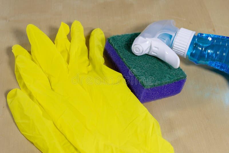 Spons en vloeistof voor thuis het schoonmaken van de oppervlakte De toebehoren voor het houden van huishouden maken schoon royalty-vrije stock fotografie