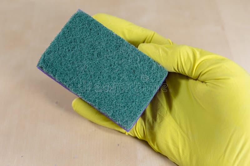 Spons en vloeistof voor thuis het schoonmaken van de oppervlakte De toebehoren voor het houden van huishouden maken schoon royalty-vrije stock afbeeldingen