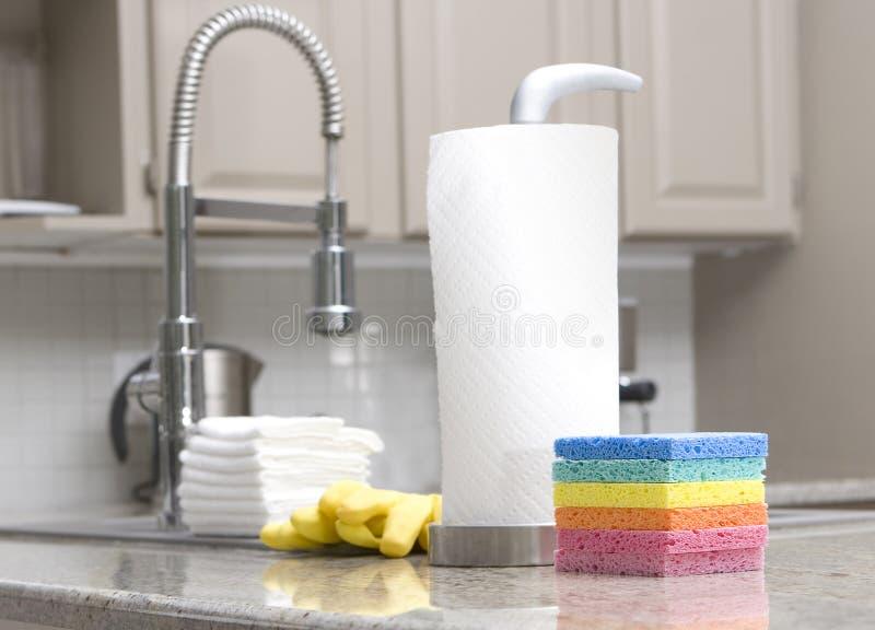 Spons, keukenrollen - huishoudelijk werk royalty-vrije stock afbeelding