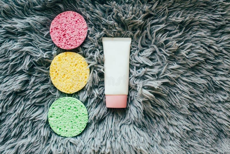 Spons voor gezichtswas en kosmetische flessen royalty-vrije stock fotografie