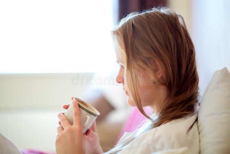 Spontaan portret van een vrouw het drinken koffie royalty-vrije stock fotografie