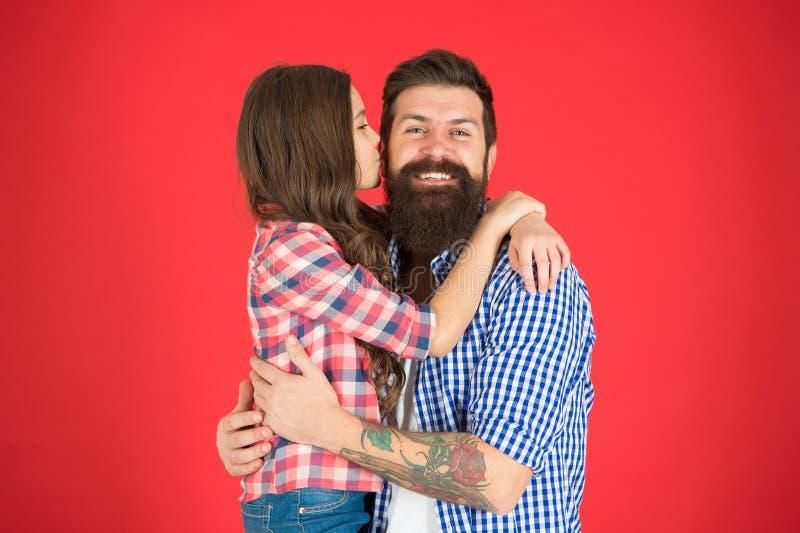 Spontane kus weinig kind houdt van haar papa Familiebanden Dit is dossier van EPS10-formaat De Dag van kinderen Gelukkig meisje m stock fotografie