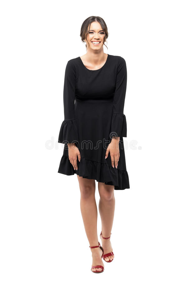 Spontane lachende jonge Latijnse vrouw in zwarte flounce kleding stock afbeeldingen