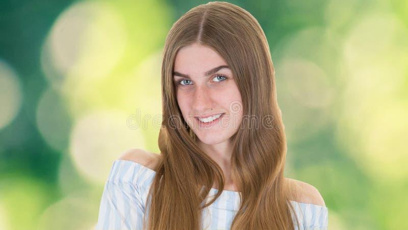 Spontane vrouw met perfecte tanden en glimlach die openlucht u kijken royalty-vrije stock afbeeldingen