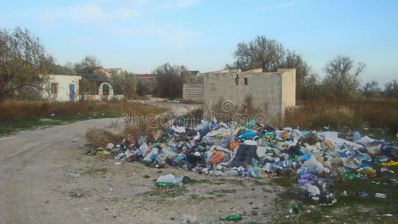 Spontanes Dumping des Haushaltsabfalls nahe Wohnhäusern lizenzfreies stockbild