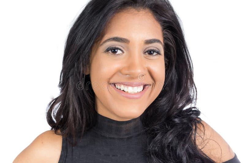 Spontaneuous en mooie glimlach van zwarte Vrouwelijke model wij stock foto's