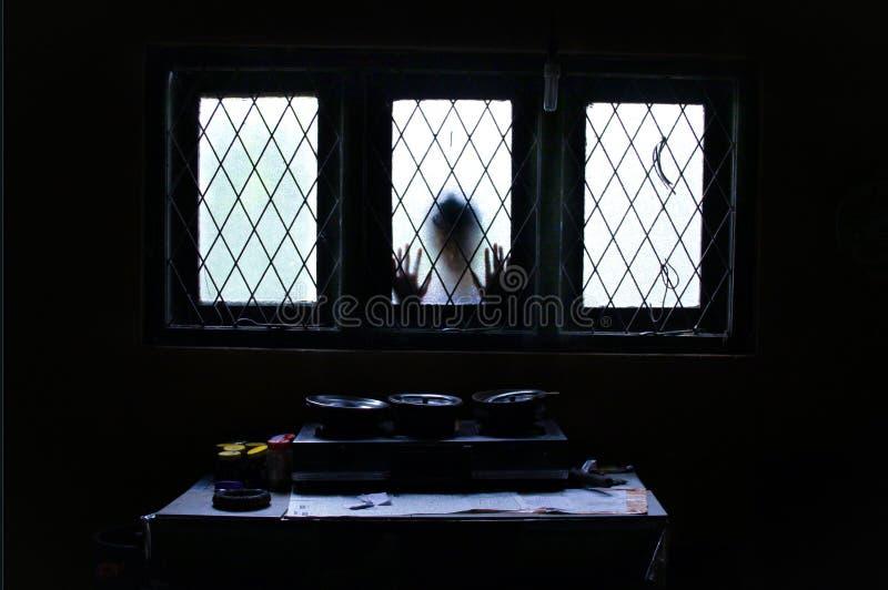 Spook die door Glasvenster kijken royalty-vrije stock fotografie