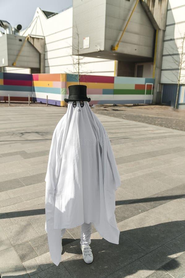 Spookcijfer die zich buiten met een witte robe bevinden royalty-vrije stock fotografie