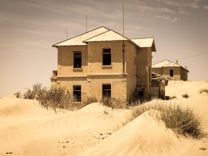 Spookgebouwen van de oude stad Kolmanskop van de diamantmijnbouw in Namibië royalty-vrije stock foto