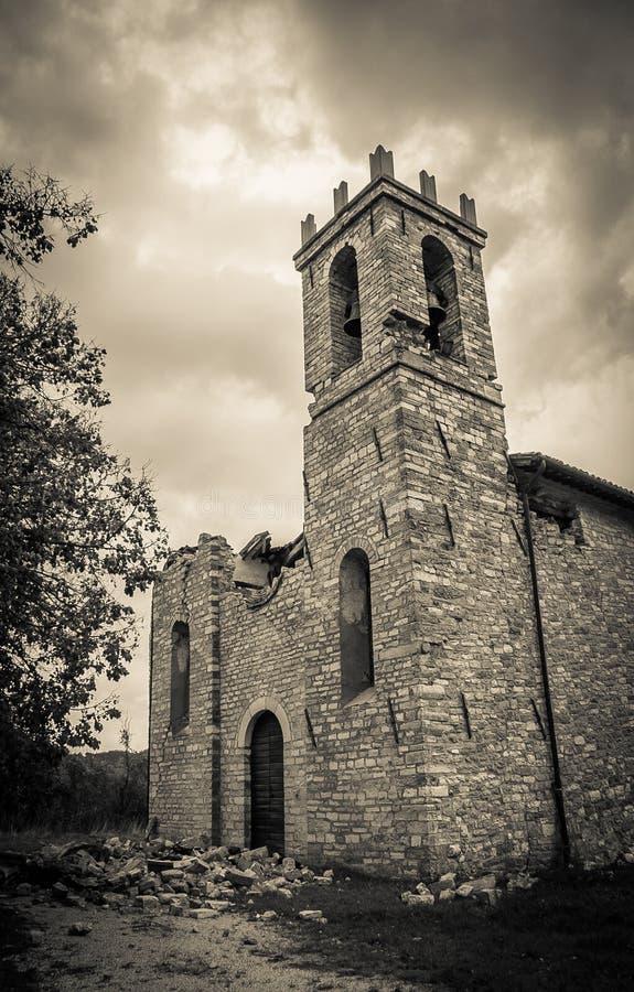 Spookkerk door aardbeving wordt vernietigd die royalty-vrije stock afbeelding