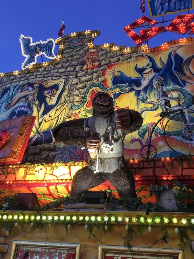 Spooky Gorilla met beenderen rond zijn nek - Ghost Train Puppet/Animatronic over German Funfair Hamburger Dom royalty-vrije stock afbeeldingen