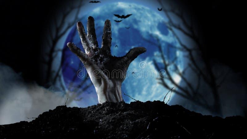 Spooky graveyard met zombie hand die uit de grond komt royalty-vrije stock afbeeldingen