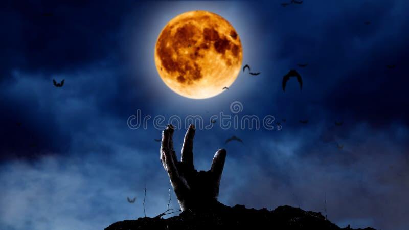 Spooky graveyard met zombie hand die uit de grond komt stock afbeelding
