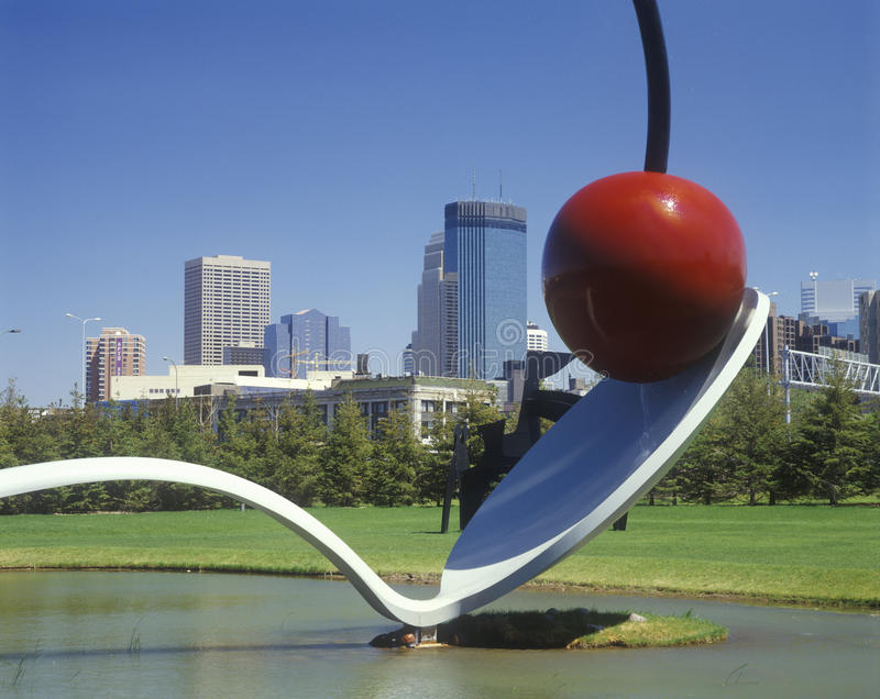 Spoonbridge-Kirschskulptur durch Claus Oldenburg, Minneapolis, Mangan lizenzfreies stockfoto