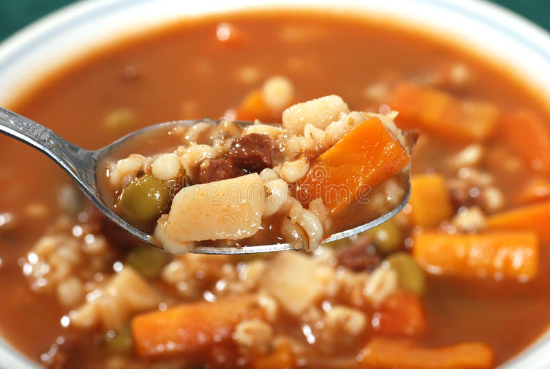 Spoonful da sopa da cevada da carne imagens de stock royalty free