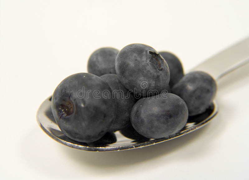 Spoonful das uvas-do-monte foto de stock