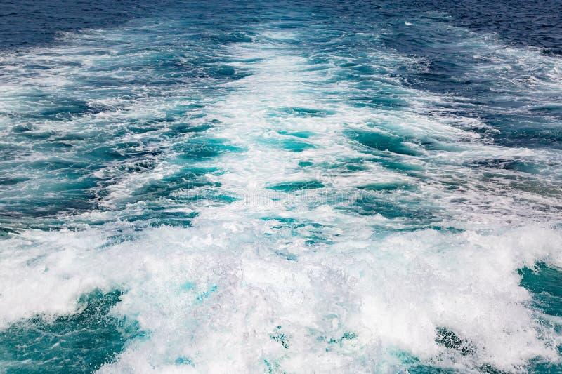 Spoor op het water van de motor van de boot Textuur, plonsen en golven op het overzees royalty-vrije stock fotografie