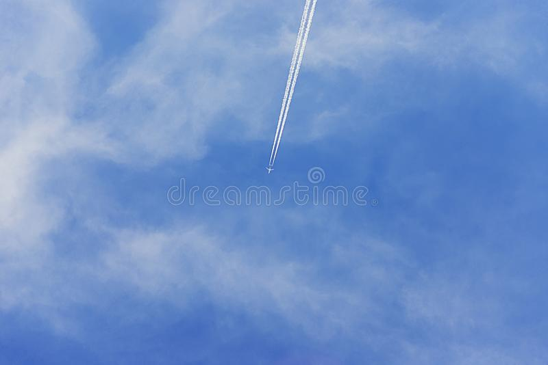 Spoor van het vliegtuig in de hemel