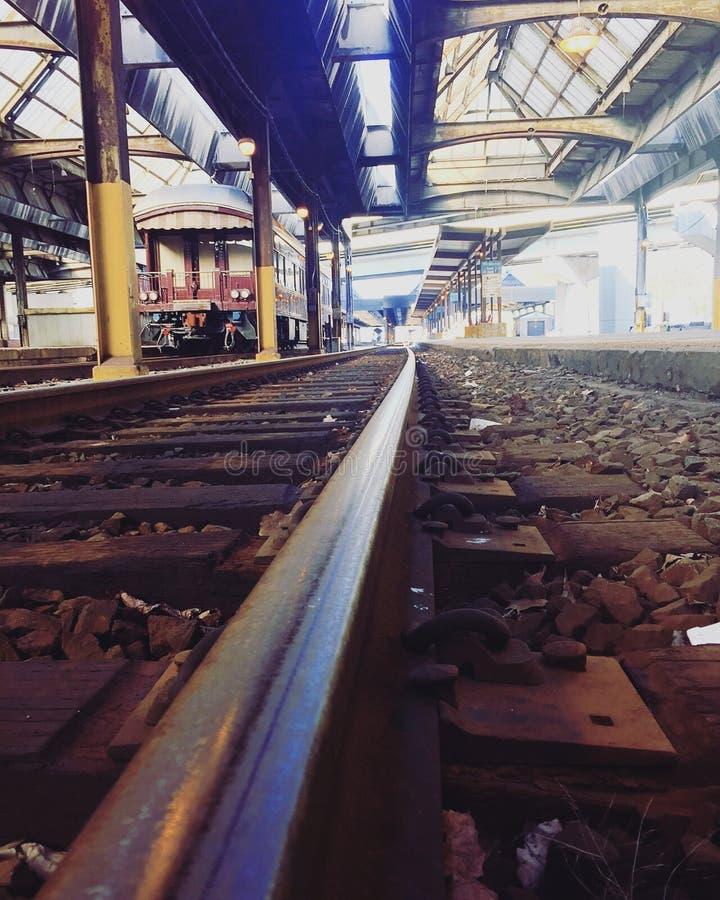 Spoorlijn nabij Cement-traject overdag royalty-vrije stock foto's