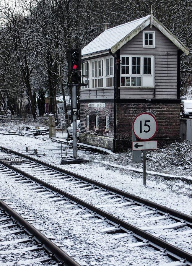 Spoorlijnen en seinhuisje in de sneeuw royalty-vrije stock foto's