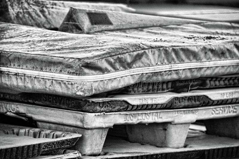 Spoormatten en Postkantoorpaletten stock fotografie