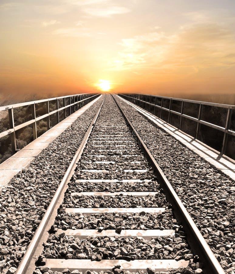 Spoorweg aan hemel royalty-vrije stock fotografie