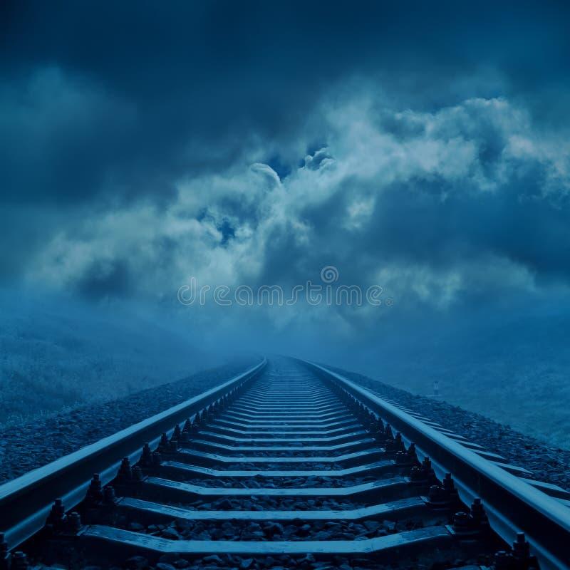 Spoorweg aan horizon in nacht royalty-vrije stock fotografie