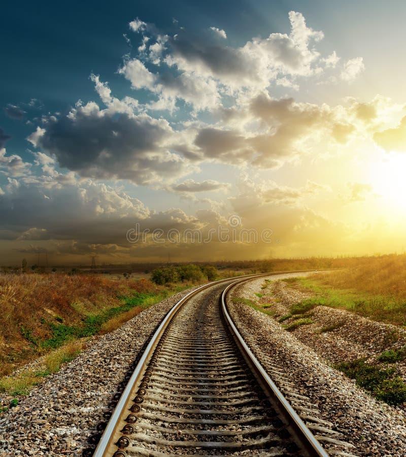Spoorweg aan horizon in zonsondergang royalty-vrije stock foto's