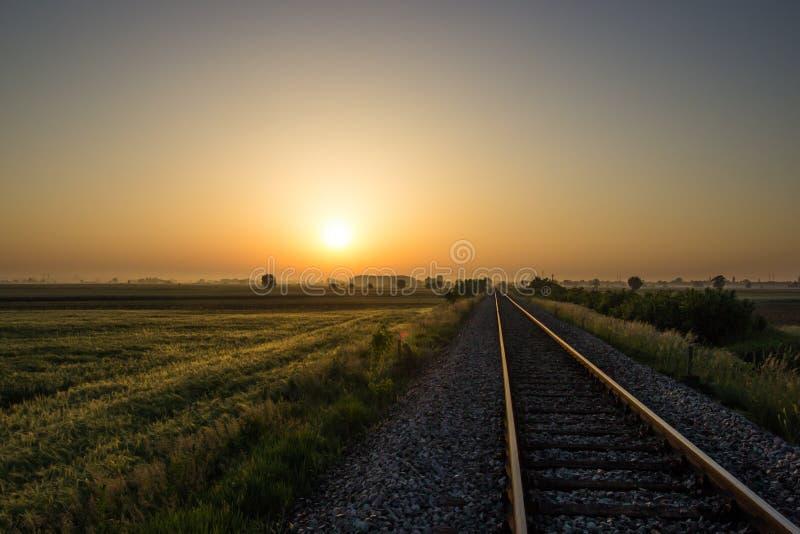 Spoorweg aan zon stock foto