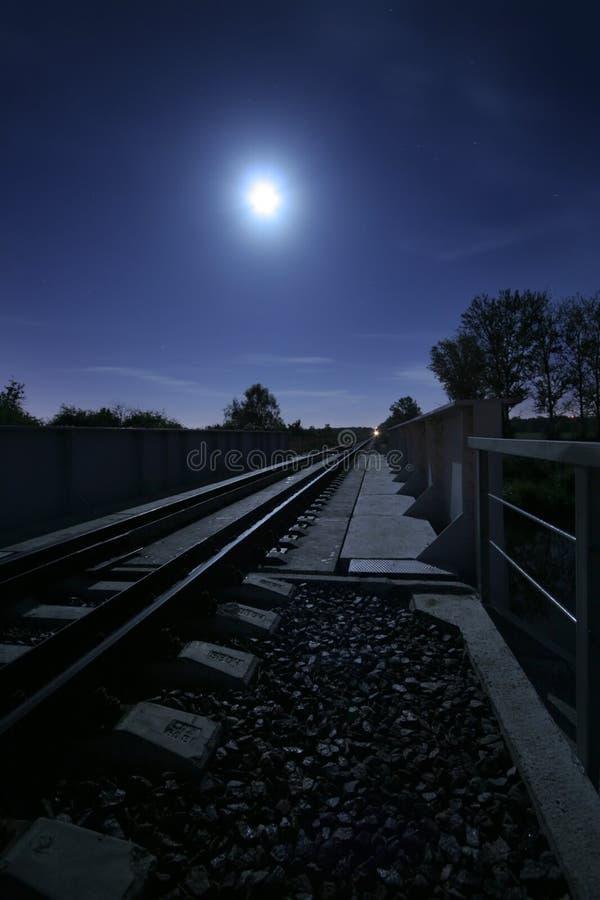 Spoorweg bij nacht royalty-vrije stock afbeelding