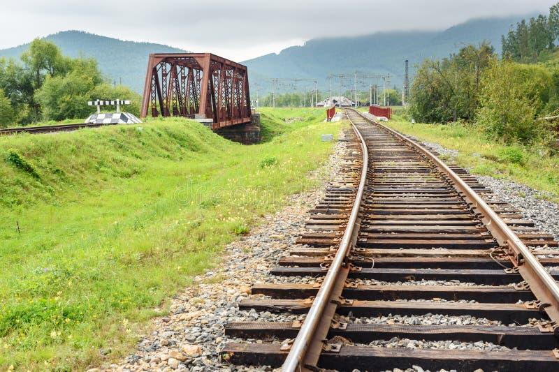 Spoorweg circum-Baikal Deel tussen Slyudyanka en Kultuk Rusland royalty-vrije stock foto
