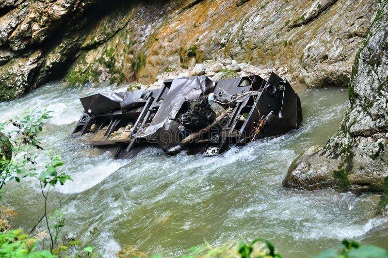 Spoorweg in de kloof van Guam op één kant van de rotsen, andere een diepe afgrond en kokende snelle rivier royalty-vrije stock fotografie
