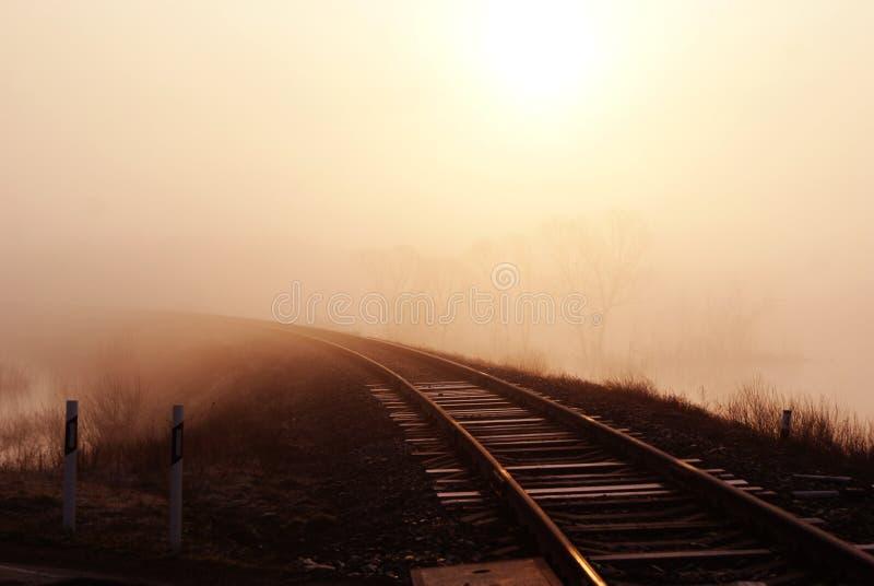 Spoorweg in de mist royalty-vrije stock afbeeldingen