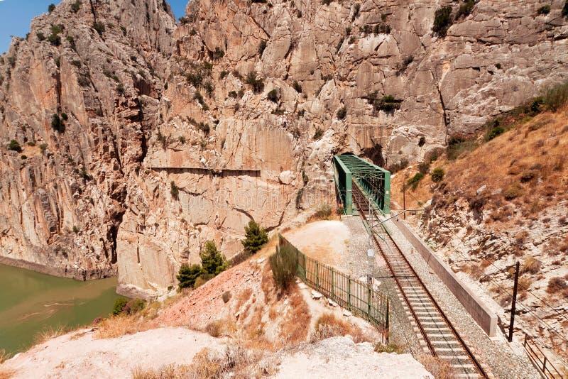 Spoorweg dichtbij Koninklijke Sleep (Gr Caminito del Rey) in kloof Chorro, royalty-vrije stock afbeelding