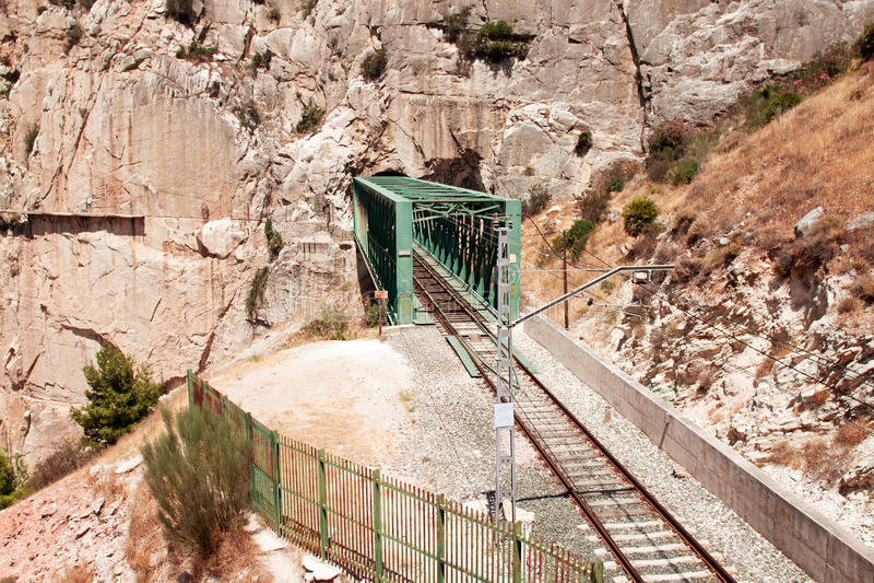 Spoorweg dichtbij Koninklijke Sleep (Gr Caminito del Rey) in kloof Chorro, royalty-vrije stock foto's