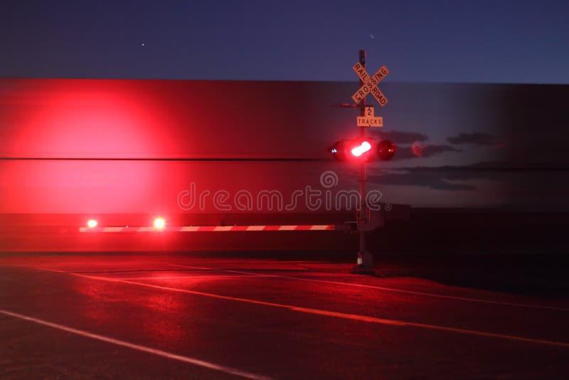Spoorweg die bij Nacht kruist stock afbeelding