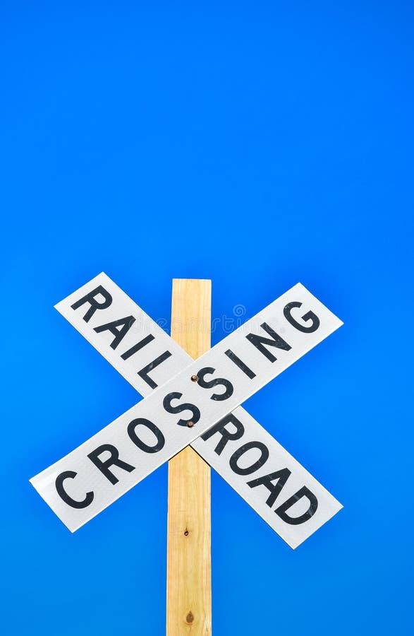 Spoorweg die teken kruisen tegen een blauwe hemel royalty-vrije stock afbeelding