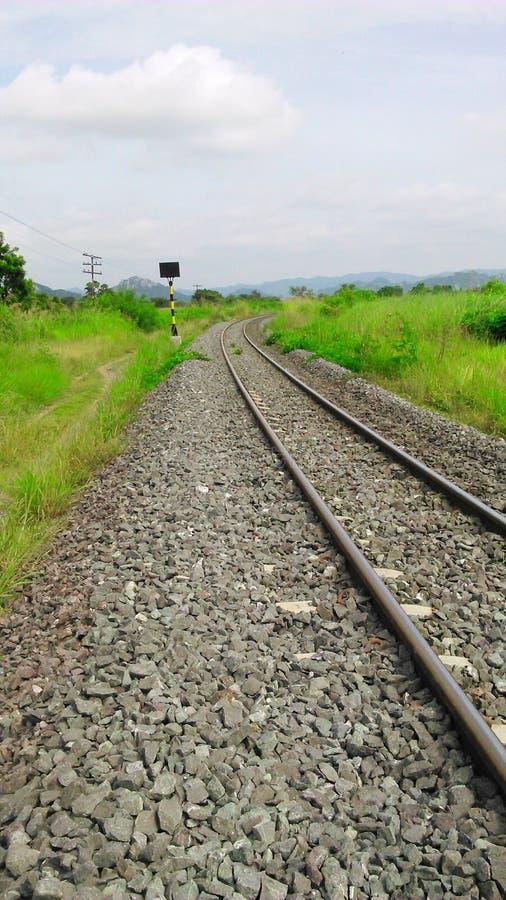 Spoorweg door de gebiedsspoorweg door het gebied Saraburi stock foto's