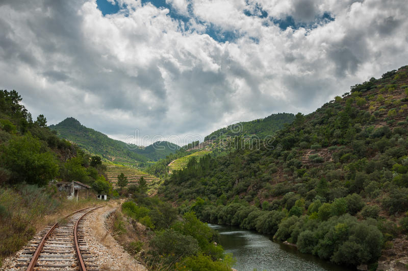 Spoorweg en berg royalty-vrije stock fotografie