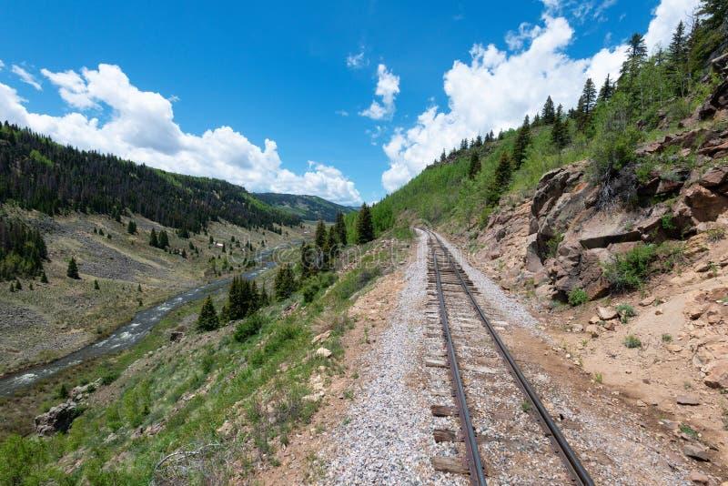 Spoorweg en kreek royalty-vrije stock afbeelding