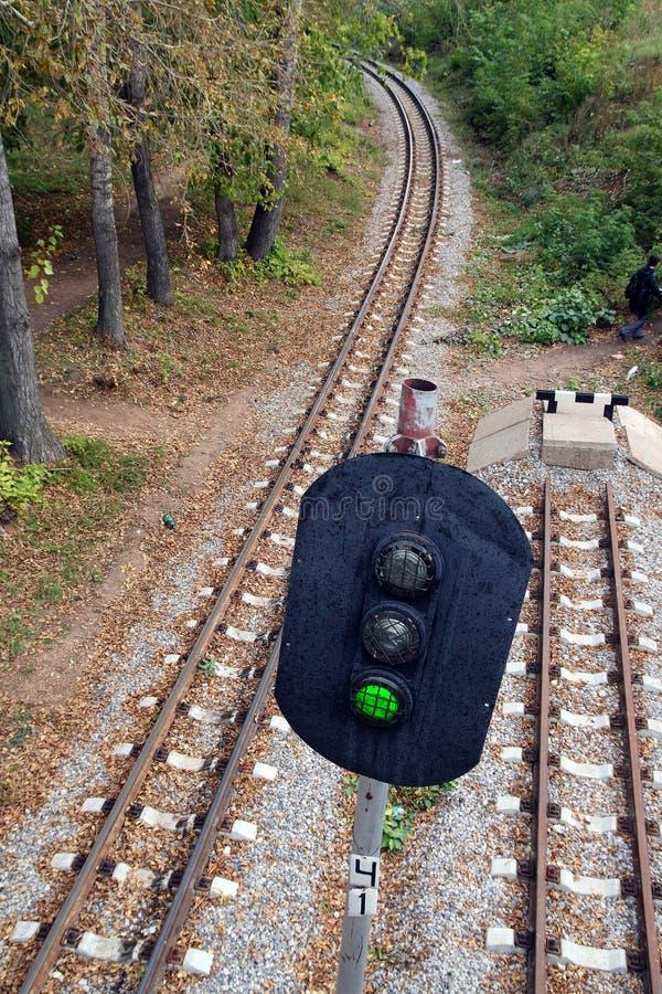 Spoorweg en seinpaal met groen signaal stock afbeeldingen