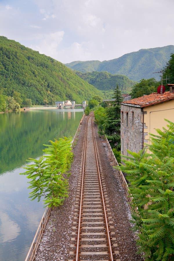 Spoorweg langs de rivier royalty-vrije stock foto's