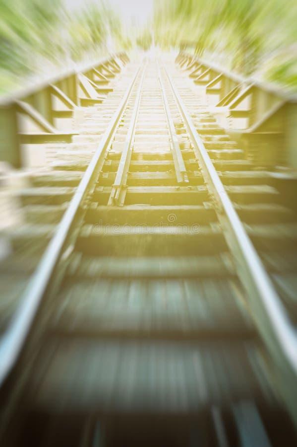 Spoorweg in Motieonduidelijk beeld royalty-vrije stock fotografie
