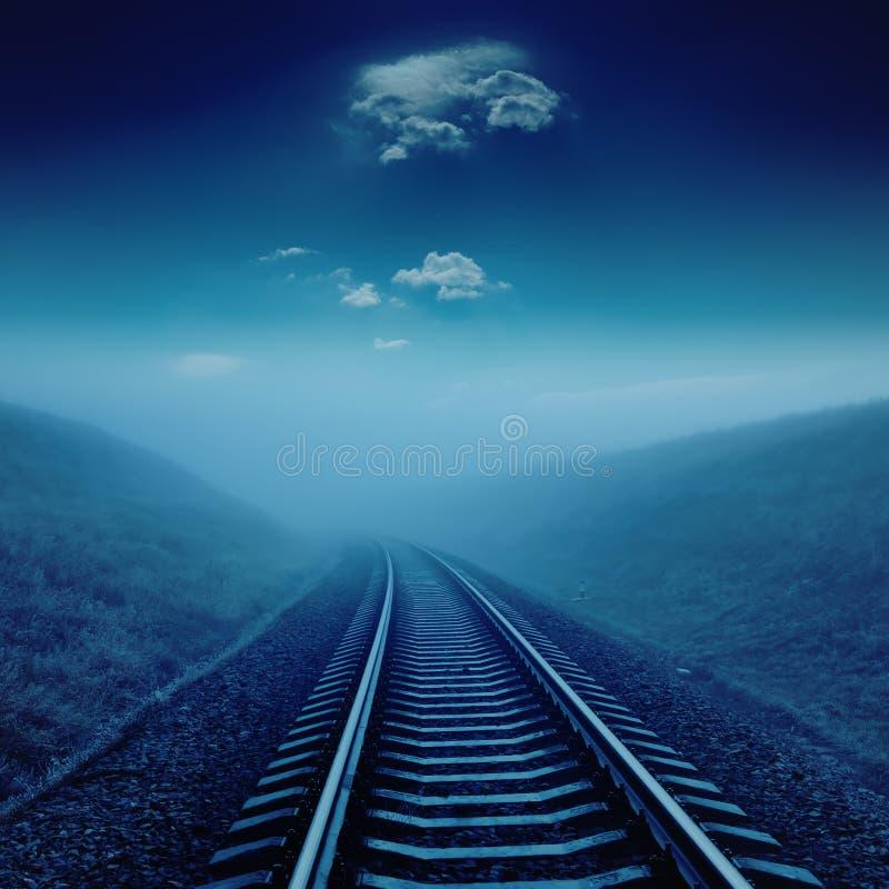 Spoorweg in nacht onder maanlicht royalty-vrije stock fotografie