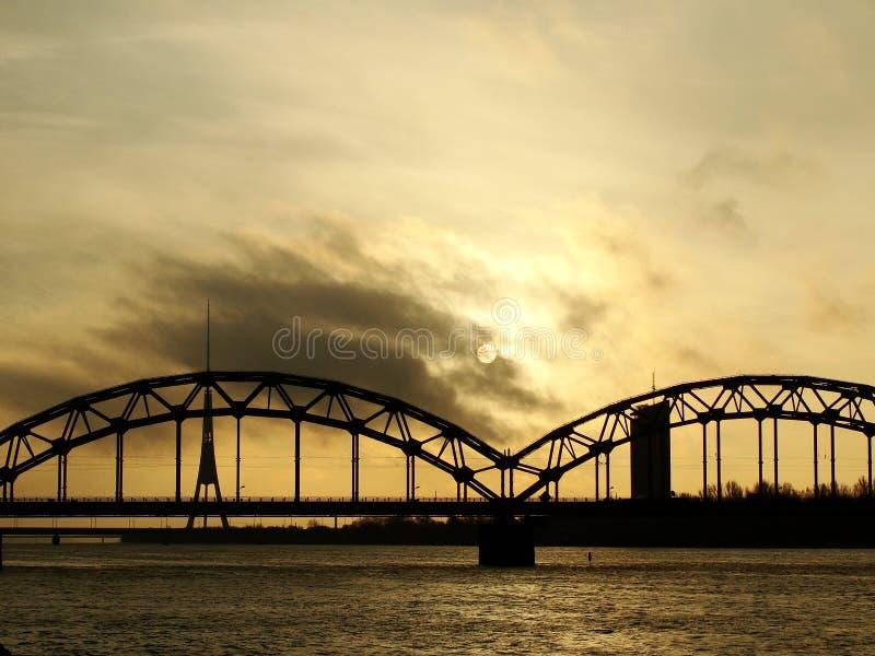 Spoorwegbrug door Daugava in Riga, Letland stock foto