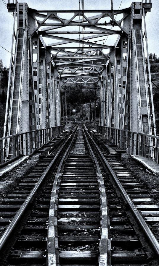 spoorwegbrug over de bergrivier stock afbeelding