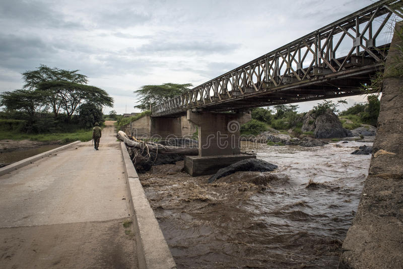 Spoorwegbrug over de rivier op de grens met Tanzania stock afbeeldingen