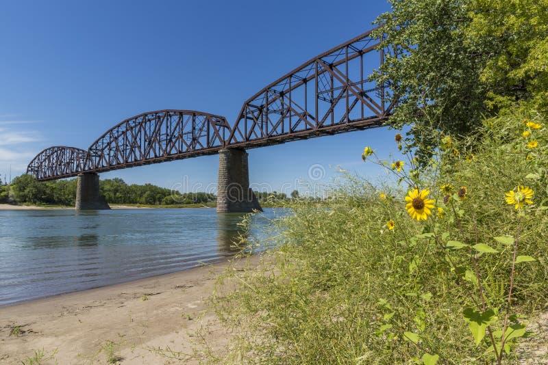 Spoorwegbrug over de Rivier van Missouri stock foto's