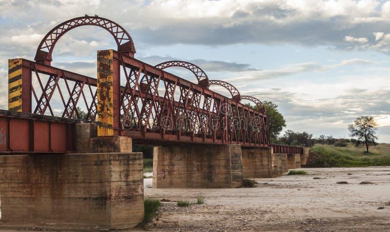 Spoorwegbrug over een droge rivier in Afrika royalty-vrije stock afbeeldingen