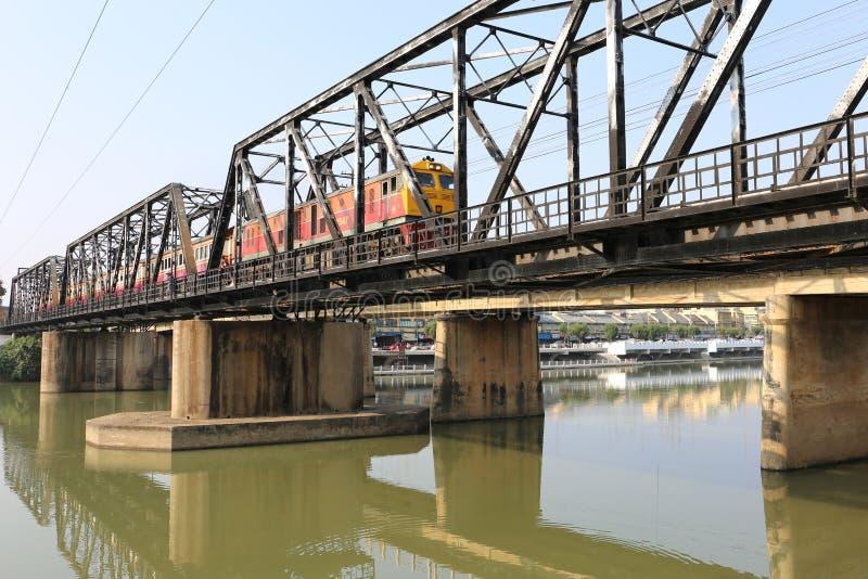 Spoorwegbrug over Mae Klong-rivier in Ratchaburi-stad, Thailand royalty-vrije stock fotografie